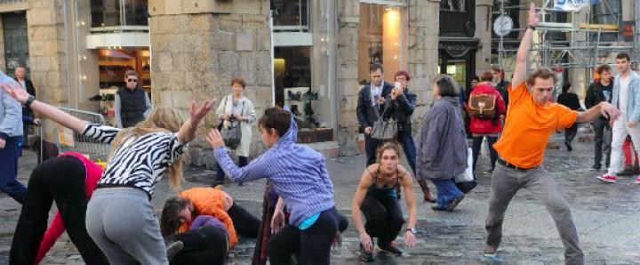 Un groupe de personnes dansent dans la rue