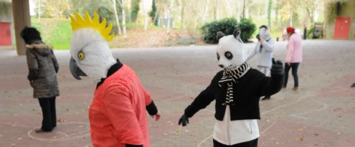 Des personnes avec des masque d'animaux dansent
